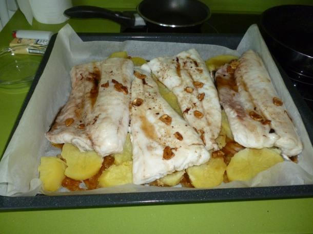 Merluza al horno con cebolleta caramelizada al piment n for Merluza al horno facil